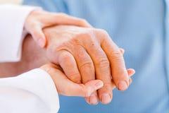 Пожилые руки стоковые фото