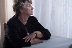 Пожилые сиротливые отсытствия вдовы стоковое изображение