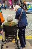 2 пожилых женщины в улице Стоковое Изображение RF