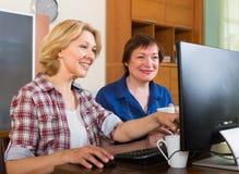 2 пожилых женщины просматривая сеть Стоковые Изображения RF