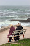 3 пожилых женщины сидя на стенде и говоря перед Стоковые Фото