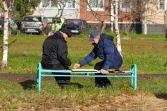 2 пожилых люд играя контролеров на улице в Vidnoe Стоковые Изображения