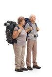 2 пожилых hikers смотря в расстоянии Стоковое фото RF