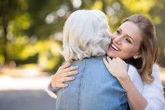 2 позабавили женщин обнимая в парке Стоковое Изображение