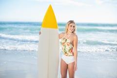 Позабавленная белокурая модель в купальнике держа surfboard Стоковая Фотография RF