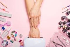 позаботьте ноготь ногтя хлопка извлекая политуру пробирки красивые руки женщин делая ногти покрашенные с розовым нежным маникюром стоковые фотографии rf