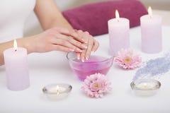 позаботьте ноготь ногтя хлопка извлекая политуру пробирки Крупный план красивых рук женщины с естественными ногтями i стоковые изображения rf