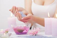 позаботьте ноготь ногтя хлопка извлекая политуру пробирки Крупный план красивых рук женщины с естественными ногтями i стоковые изображения