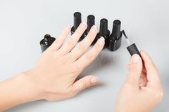 позаботьте ноготь ногтя хлопка извлекая политуру пробирки залакированные ногти скопируйте космос стоковое изображение rf