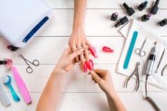 позаботьте ноготь ногтя хлопка извлекая политуру пробирки Крупный план женских рук храня ногти с профессиональной пилочкой для но стоковые изображения