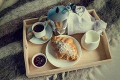 Позавтракайте в кровати - кофе, круассане, молоке на подносе Стоковая Фотография RF