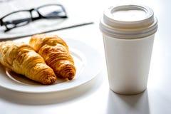Позавтракайте для бизнесмена с кофе и круассаном на белой плате Стоковая Фотография RF