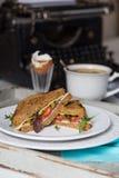 Позавтракайте от здравиц, вареного яйца и чая на backgrou машинки Стоковое фото RF