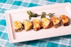 Позавтракайте от испеченных баклажанов с томатом под сыром и с ветвью мяты Стоковое Фото