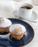 Позавтракайте с булочками напудренными сахаром и кофе Стоковое Фото