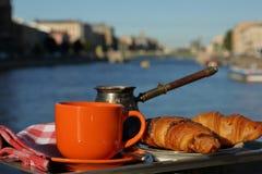 Позавтракайте с кофе и круассанами на канале города Стоковые Изображения