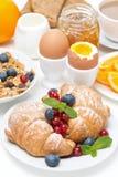 Позавтракайте с круассанами, яичками, muesli и свежими ягодами Стоковая Фотография