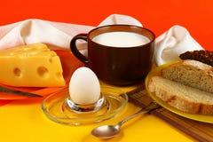 Позавтракайте с кружкой молока, яичка и сыра Стоковое Фото