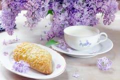 Позавтракайте с молоком, хлебом с сыром гауда Стоковая Фотография RF