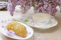 Позавтракайте с молоком, хлебом с сыром гауда Стоковые Изображения RF