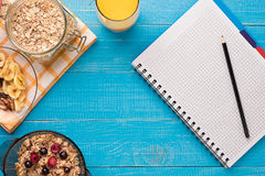 Позавтракайте с овсяной кашей и ягодами в шаре и апельсиновом соке в чашке Космос для текста Стоковое Изображение RF