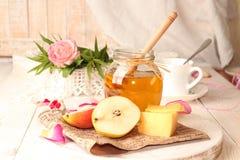 Позавтракайте с очень вкусным сладостным медом, сыром и грушей Стоковые Фотографии RF