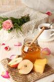 Позавтракайте с очень вкусным сладостным медом, сыром и грушей Стоковое Изображение