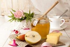 Позавтракайте с очень вкусным сладостным медом, чаем, сыром и грушей Стоковые Изображения