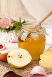 Позавтракайте с очень вкусным сладостным медом, чаем, сыром и грушей Стоковые Фотографии RF