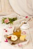 Позавтракайте с очень вкусным сладостным медом, чаем, сыром и грушей Стоковая Фотография RF