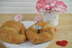 Позавтракайте с теплыми круассанами и свежими цветками на день матерей Стоковая Фотография