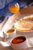 Позавтракайте с тонкими блинчиками, домодельным вареньем и апельсиновым соком Стоковая Фотография RF