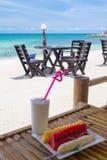 Позавтракайте с тропическим плодоовощ и соком на пляжном комплексе Стоковые Фотографии RF