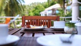 Позавтракайте с чашкой кофе в кафе пляжа на деревянном столе стоковое изображение