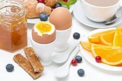 Позавтракайте с яичками, здравицами, круассанами, свежими ягодами, апельсином Стоковые Фото