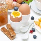 Позавтракайте с яичками, здравицами, круассанами, свежими ягодами Стоковые Изображения