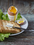 Позавтракайте с яичком и здравицей на деревянной предпосылке Стоковое Изображение RF