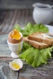 Позавтракайте с яичком и здравицей на деревянной предпосылке Стоковые Изображения RF