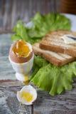 Позавтракайте с яичком и здравицей на деревянной предпосылке Стоковое Изображение