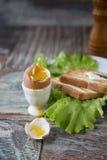 Позавтракайте с яичком и здравицей на деревянной предпосылке Стоковое Фото