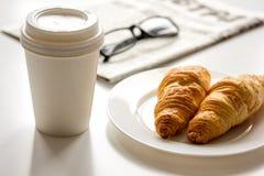 Позавтракайте для бизнесмена с кофе и круассаном на белой таблице Стоковые Фотографии RF