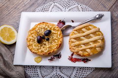 Позавтракайте для 2, tarte лимона и чая на деревянном столе стоковое изображение