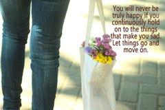 Позвольте вещам пойти и двинуть дальше Фото концепции с ногами молодой женщины нося джинсы нося белую сумку вполне покрашенных цв стоковое фото rf