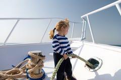 Позволяет перемещению вокруг мира Ребёнок наслаждается туристическим судном каникул Перемещение яхты рубашки матроса мальчика пре Стоковое Фото