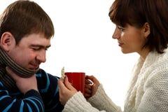 позволяет питью больному человеку медицинскому к женщине стоковые изображения rf