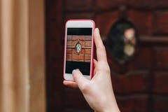 Позвоните по телефону в руке девушки, фотографируя Стоковые Изображения