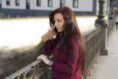 позвоните по телефону женщине Стоковая Фотография