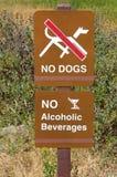позволенные собаки отсутствие знака алкогольные напитки отсутствие знака Стоковое Фото