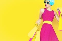 Позвольте нам пойти ходить по магазинам! Блестящая дама моды Стоковое Фото
