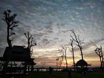 Позвольте нам сидеть вниз и посмотреть заход солнца Стоковое Изображение RF